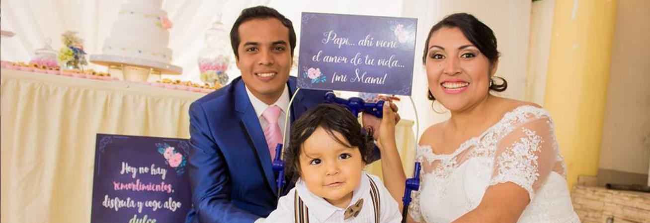 Manu con sus papis en la Boda de Ivonne y Arnaldo.