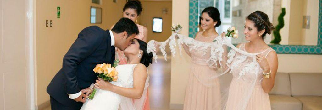 Un tierno beso, listos para la boda de Lourdes y Felipe.