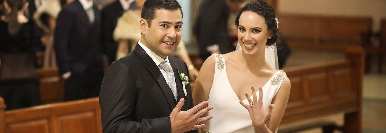 Daniela y Diego mostrando sus alianzas el día de su boda.