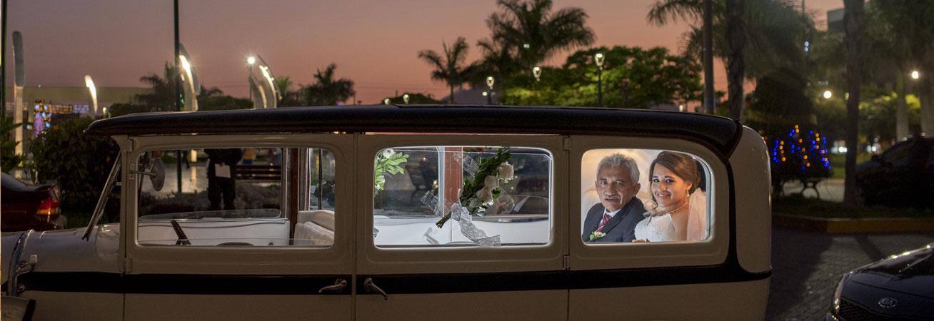 La novia y su padre en la boda de Roxana y Nicholas.