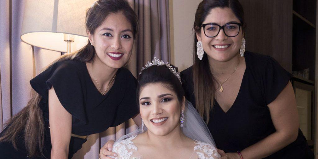 Susana Morales y su equipo asistiendo a la novia.