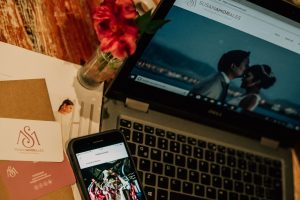 Laptop y celular de Susana Morales, sus herramientas de trabajo