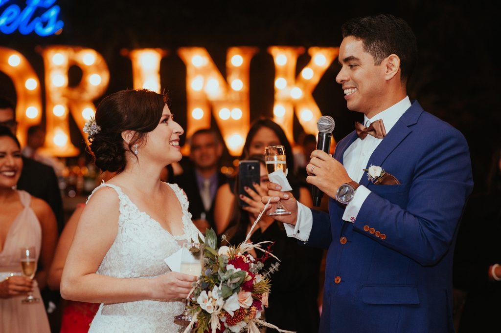Escenario de noche - ¿Boda de día o de noche? Ventajas y desventajas que te ayudarán a elegir el horario ideal para tu boda.