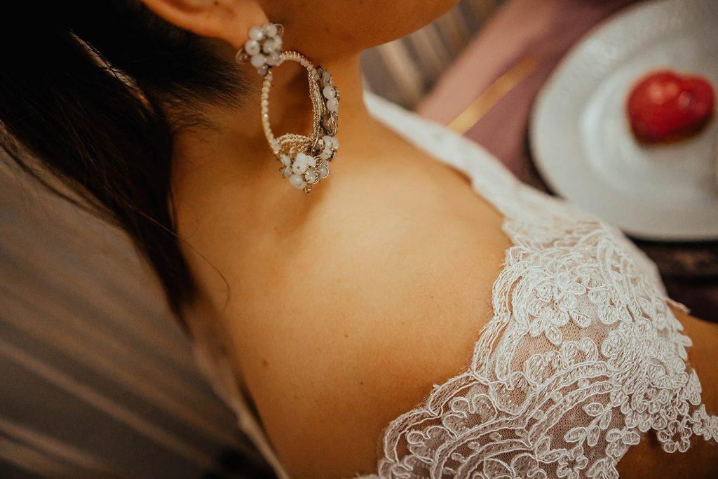 La foto detalla los hermosos aretes usados por Su - Bodas de bronce, una celebración para tres, en nuestro hogar - El blog de Su - Susana Morales Wedding & Event Planner