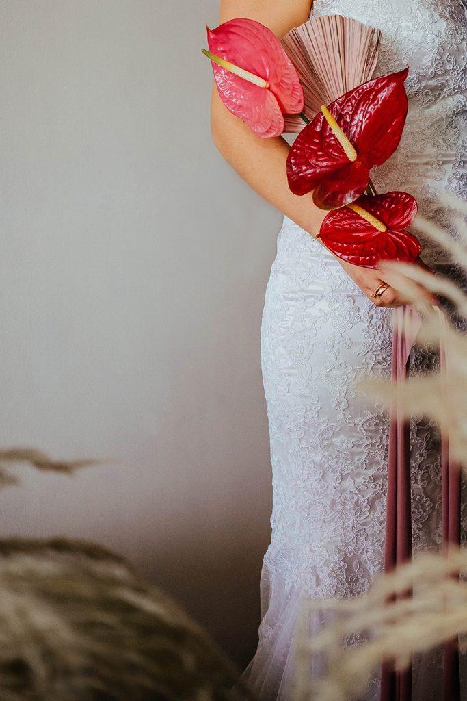 La foto muestra el vestido y bouquet usados por Su en esta ocasión - Bodas de bronce, una celebración para tres, en nuestro hogar - El blog de Su - Susana Morales Wedding & Event Planner