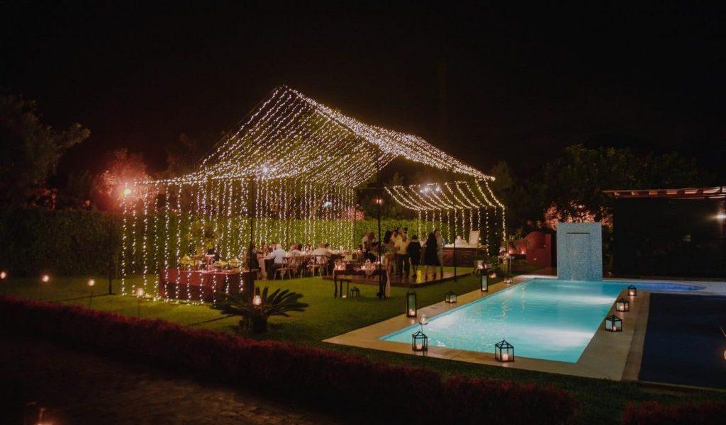 Hermosa estructura para una boda íntima, decoración con luces.